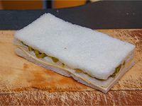 Sándwich de queso y aceitunas