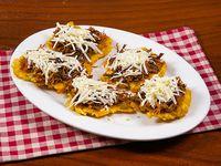 Patacones rellenos de queso y carne