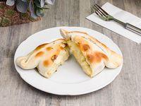 Empanada de pollo, queso y crema