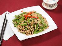Chaucha con carnes de cerdo al wok