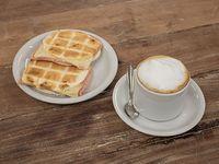 Café con leche + tostado de Piruchitas con jamón y queso