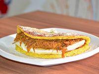 Cachapa con queso telita y carne mechada