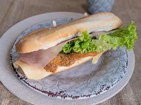 Sándwich de milanesa con lechuga, tomate, jamón y queso