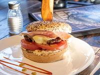Hamburguesa con jamón, queso y tomate