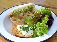 Sándwich de pollo con papa Adorado y mix de verdes