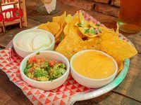 Nachos con queso cheddar, panceta, cebolla de verdeo y guacamole