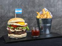 Burger argentina con papas fritas