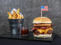 Burger americana con papas fritas