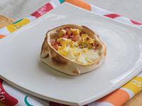 Canastita de huevo, jamón, queso y tomate