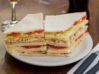 Sándwich triple de pollo, lechuga y tomate