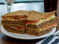 Sándwich triple de ternera, lechuga y tomate