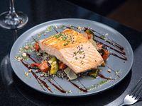 Salmón noruego grille con reducción de naranja acompañado de quinoa y verduras al horno