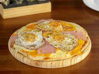Pizzeta con muzzarella, cheddar, panceta y 2 huevos fritos