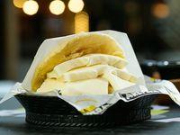 Arepa con queso blanco rayado