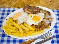 Lomito a lo pobre con papas fritas, cebolla y 2 huevos fritos