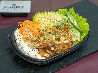 Ensalada verduras salteadas con base de arroz de sushi