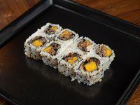 Uramaki roll de piel de salmón grillada, mango y zest de lima