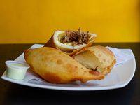 Empanada carne mechada con queso amarillo