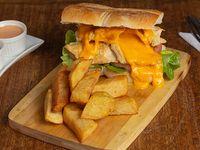 Sándwich de pollo, queso y tocino con papas fritas