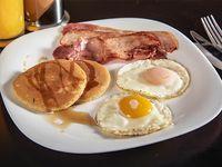 Americano - Huevos fritos con tocineta (2 unidades) + Hot cakes (2 unidades) + Bebida caliente 270 ml