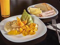 Light - Tostadas + Fruta de estación + Bebida caliente
