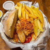 Sándwich de pollo a las brasas con papas fritas