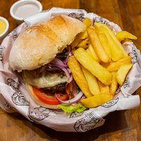 Sándwich de hamburguesa de la casa con papas fritas