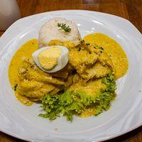Aji de gallina con arroz y papas cocidas