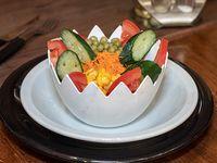 Ensalada  con lechuga, tomate, choclo, arvejas,  zanahoria y pepino