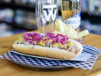 Hot dog alemán con papas fritas