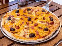 Pizza con cheddar y panceta