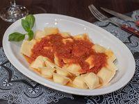 Ravioles de ricota y queso con salsa