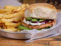 Hamburguesa de salmón grillé con papas fritas