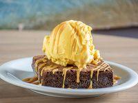 Brownie con helado de vainilla y salsa toffee