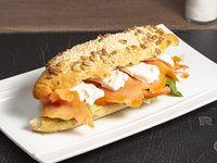 Sándwich cream cheese con salmón multigrano