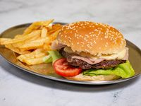 Hamburguesa de carne con papas fritas
