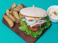 Burger ternera gourmet con papas rústicas y dip de mayonesa de la casa