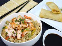 Wok de arroz y salmón + 2 arrolladitos