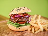 Hamburguesa BBQ con  guarnición de papas fritas