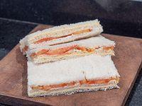 Sándwich de miga de queso y tomate
