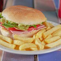 Sándwich vegetariano con papas fritas + bebida línea Coca Cola en lata 350 ml