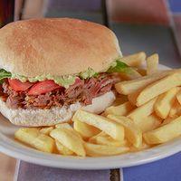 Sándwich de carne mechada italiano con papas fritas + bebida línea Coca Cola en lata 350 ml