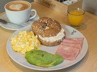 Desayuno - Bagel NY + Bebida caliente + Jugo de naranja