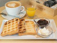 Desayuno - Tostadas + Bebida caliente + Jugo de naranja