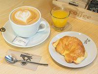 Desayuno - Croissant de jamón y queso + Bebida caliente + Jugo de naranja