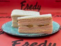 Sándwich triple especial de jamón, aceitunas y huevo