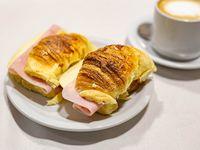 Promo de la semana 2 café con leche 350 ml 4 medialunas con jamón y queso