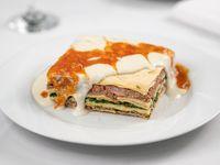 Lasagna de verdura y carne con salsa blanca y de  tomate