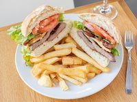 Sándwich vitello con acompañamiento
