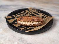 98 - Montadito de dulce de leche con almendras, en pan de chocolate